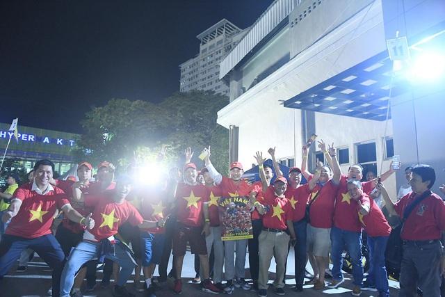 """CĐV Việt Nam nhuộm đỏ phía bên ngoài sân vận động """"chảo lửa"""" Rizal tiếp lửa các """" Chiến binh sao vàng"""" - Ảnh 1."""