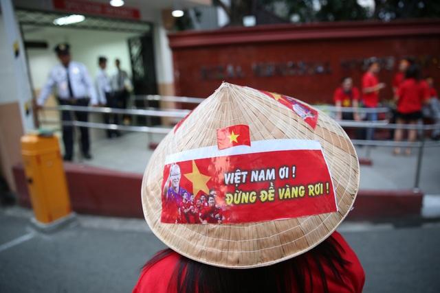"""CĐV Việt Nam nhuộm đỏ phía bên ngoài sân vận động """"chảo lửa"""" Rizal tiếp lửa các """" Chiến binh sao vàng"""" - Ảnh 18."""