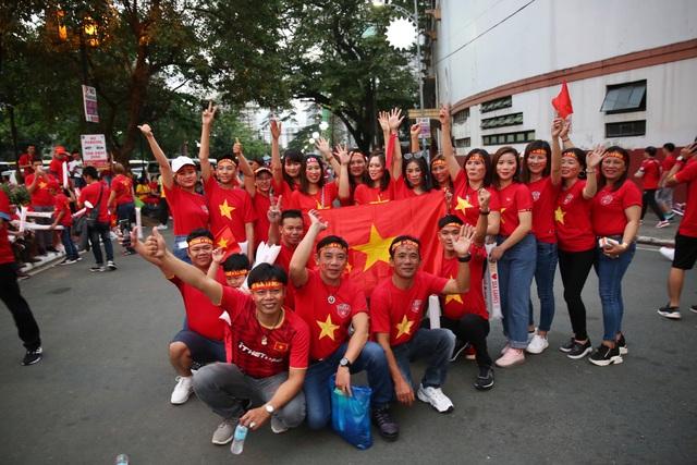 """CĐV Việt Nam nhuộm đỏ phía bên ngoài sân vận động """"chảo lửa"""" Rizal tiếp lửa các """" Chiến binh sao vàng"""" - Ảnh 2."""