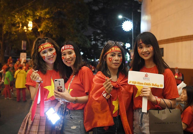 """CĐV Việt Nam nhuộm đỏ phía bên ngoài sân vận động """"chảo lửa"""" Rizal tiếp lửa các """" Chiến binh sao vàng"""" - Ảnh 3."""