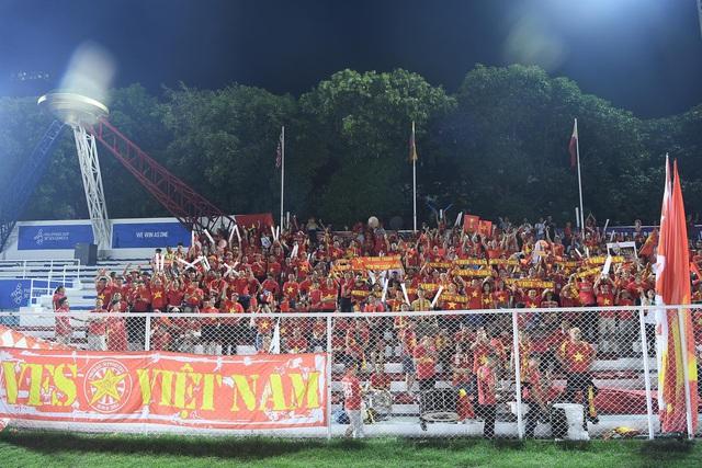 """CĐV Việt Nam nhuộm đỏ phía bên ngoài sân vận động """"chảo lửa"""" Rizal tiếp lửa các """" Chiến binh sao vàng"""" - Ảnh 4."""