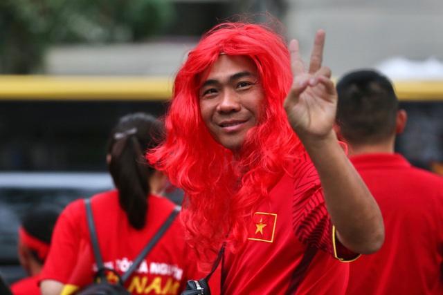 """CĐV Việt Nam nhuộm đỏ phía bên ngoài sân vận động """"chảo lửa"""" Rizal tiếp lửa các """" Chiến binh sao vàng"""" - Ảnh 7."""