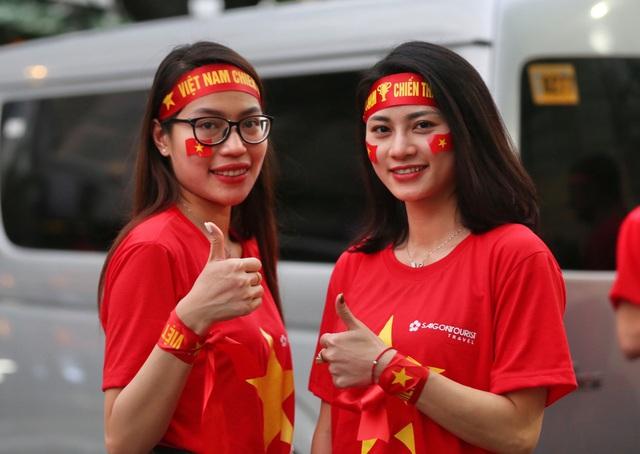 """CĐV Việt Nam nhuộm đỏ phía bên ngoài sân vận động """"chảo lửa"""" Rizal tiếp lửa các """" Chiến binh sao vàng"""" - Ảnh 8."""