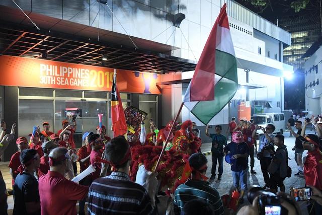"""CĐV Việt Nam nhuộm đỏ phía bên ngoài sân vận động """"chảo lửa"""" Rizal tiếp lửa các """" Chiến binh sao vàng"""" - Ảnh 9."""