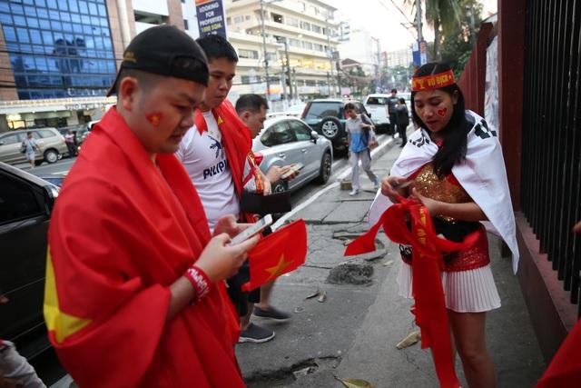 """CĐV Việt Nam nhuộm đỏ phía bên ngoài sân vận động """"chảo lửa"""" Rizal tiếp lửa các """" Chiến binh sao vàng"""" - Ảnh 10."""