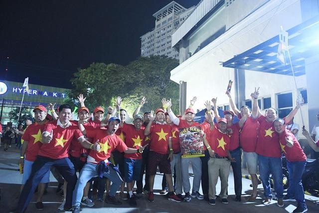 """CĐV Việt Nam nhuộm đỏ phía bên ngoài sân vận động """"chảo lửa"""" Rizal tiếp lửa các """" Chiến binh sao vàng"""" - Ảnh 12."""
