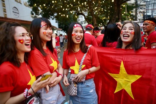 """CĐV Việt Nam nhuộm đỏ phía bên ngoài sân vận động """"chảo lửa"""" Rizal tiếp lửa các """" Chiến binh sao vàng"""" - Ảnh 13."""