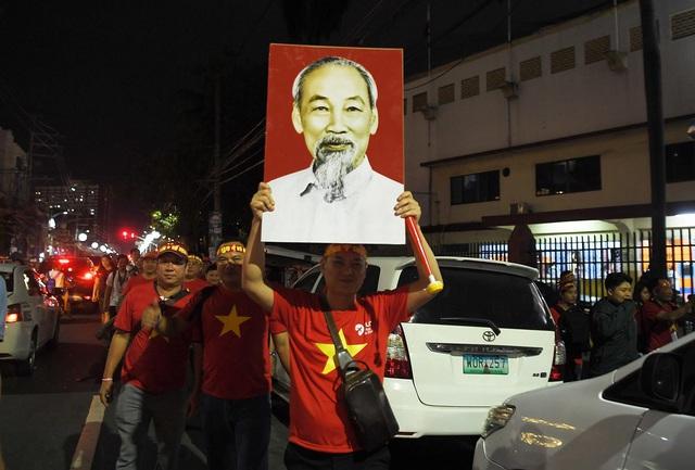 """CĐV Việt Nam nhuộm đỏ phía bên ngoài sân vận động """"chảo lửa"""" Rizal tiếp lửa các """" Chiến binh sao vàng"""" - Ảnh 14."""