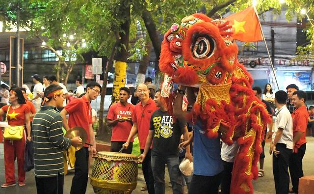 """CĐV Việt Nam nhuộm đỏ phía bên ngoài sân vận động """"chảo lửa"""" Rizal tiếp lửa các """" Chiến binh sao vàng"""" - Ảnh 15."""