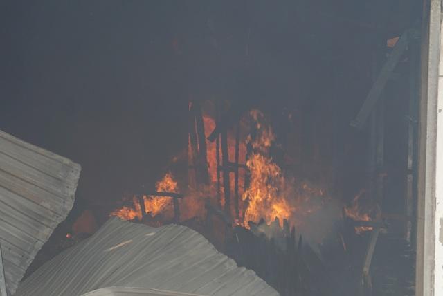 Xưởng gỗ lửa bốc cháy ngùn ngụt, cột khói cao hàng chục mét - Ảnh 1.
