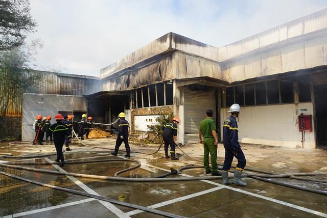Xưởng gỗ lửa bốc cháy ngùn ngụt, cột khói cao hàng chục mét - Ảnh 3.