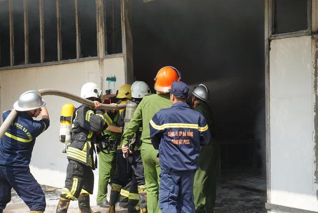 Xưởng gỗ lửa bốc cháy ngùn ngụt, cột khói cao hàng chục mét - Ảnh 4.