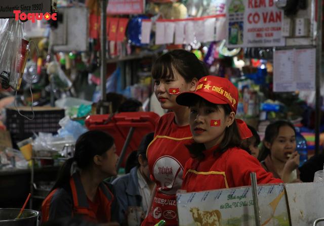 Tiểu thương chợ ở Đà Nẵng reo hò cổ vũ cho U22 Việt Nam - Ảnh 5.