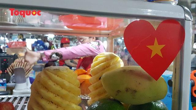 Tiểu thương chợ ở Đà Nẵng reo hò cổ vũ cho U22 Việt Nam - Ảnh 6.