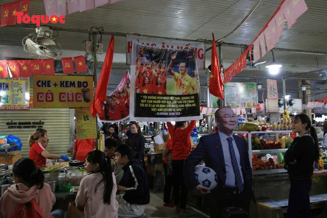 Tiểu thương chợ ở Đà Nẵng reo hò cổ vũ cho U22 Việt Nam - Ảnh 7.