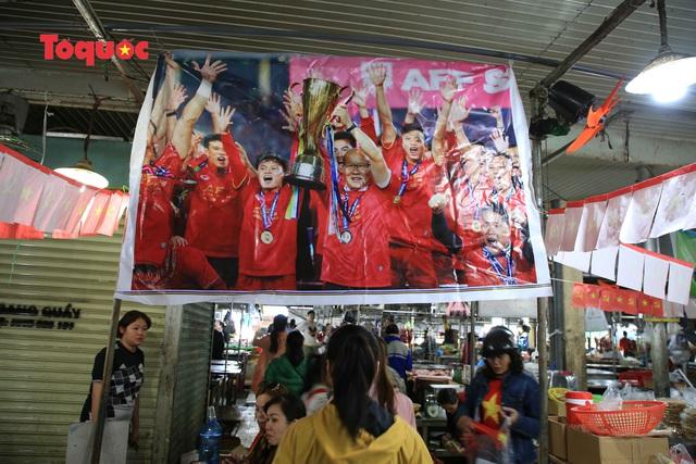 Tiểu thương chợ ở Đà Nẵng reo hò cổ vũ cho U22 Việt Nam - Ảnh 2.