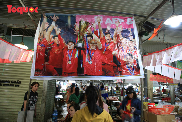 Tiểu thương chợ ở Đà Nẵng reo hò cổ vũ cho U22 Việt Nam - Ảnh 9.