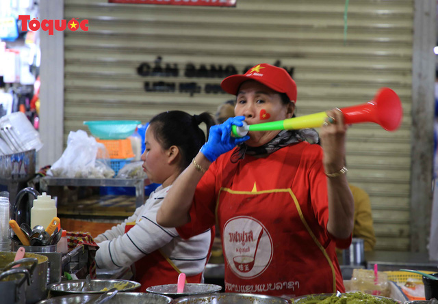 Tiểu thương chợ ở Đà Nẵng reo hò cổ vũ cho U22 Việt Nam - Ảnh 10.