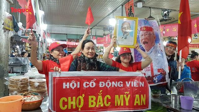 Tiểu thương chợ ở Đà Nẵng reo hò cổ vũ cho U22 Việt Nam - Ảnh 1.