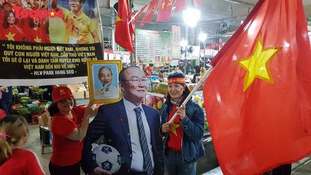 Tiểu thương chợ ở Đà Nẵng reo hò cổ vũ cho U22 Việt Nam - Ảnh 4.