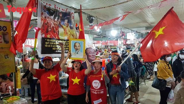 Tiểu thương chợ ở Đà Nẵng reo hò cổ vũ cho U22 Việt Nam - Ảnh 12.