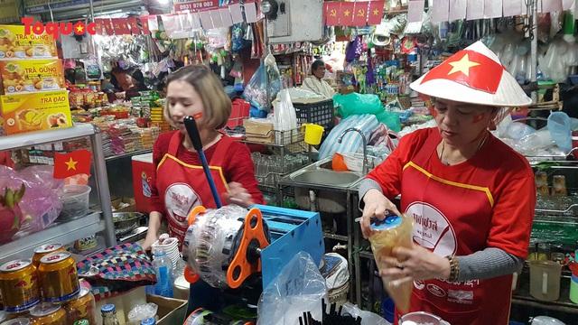 Tiểu thương chợ ở Đà Nẵng reo hò cổ vũ cho U22 Việt Nam - Ảnh 8.