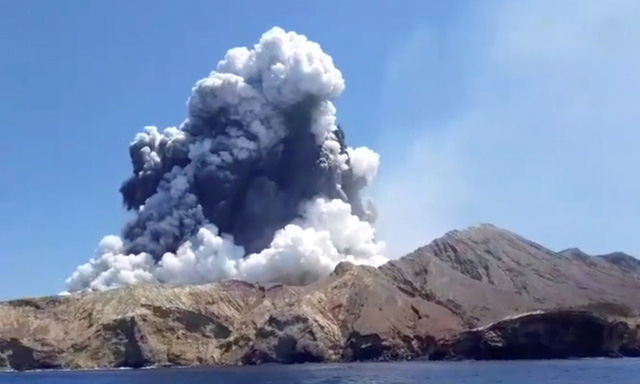 Núi lửa phun trào trong khi vẫn còn 100 du khách tham quan  - Ảnh 1.