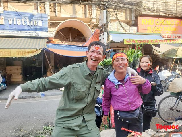 """Tiểu thương chợ Cầu Đông vừa bán hàng vừa tranh thủ """"lên đồ"""" cổ vũ U22 Việt Nam - Ảnh 10."""