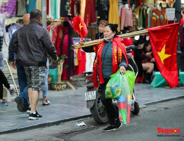 """Tiểu thương chợ Cầu Đông vừa bán hàng vừa tranh thủ """"lên đồ"""" cổ vũ U22 Việt Nam - Ảnh 15."""