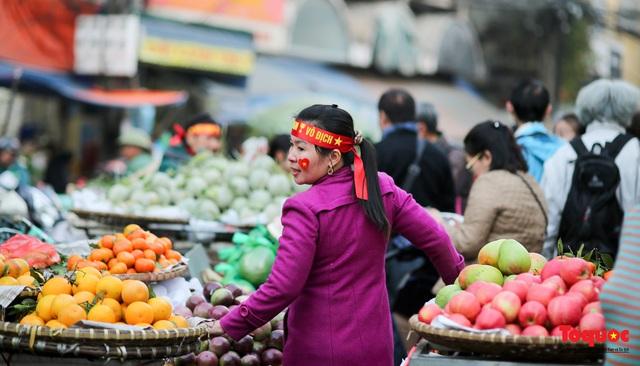 """Tiểu thương chợ Cầu Đông vừa bán hàng vừa tranh thủ """"lên đồ"""" cổ vũ U22 Việt Nam - Ảnh 8."""