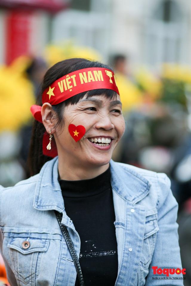 """Tiểu thương chợ Cầu Đông vừa bán hàng vừa tranh thủ """"lên đồ"""" cổ vũ U22 Việt Nam - Ảnh 6."""