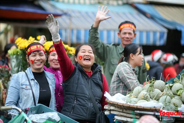 """Tiểu thương chợ Cầu Đông vừa bán hàng vừa tranh thủ """"lên đồ"""" cổ vũ U22 Việt Nam - Ảnh 4."""