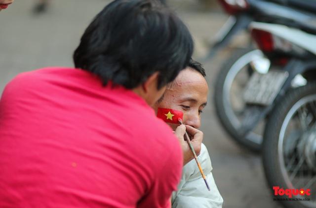 """Tiểu thương chợ Cầu Đông vừa bán hàng vừa tranh thủ """"lên đồ"""" cổ vũ U22 Việt Nam - Ảnh 11."""