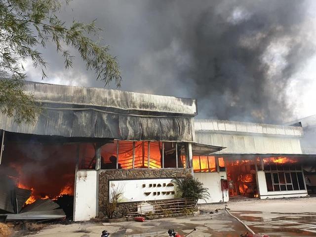 Xưởng gỗ lửa bốc cháy ngùn ngụt, cột khói cao hàng chục mét - Ảnh 2.