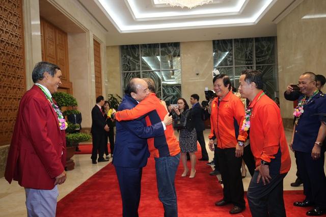 [Trực tiếp] Đón U22 Việt Nam và ĐT nữ Việt Nam: Thủ tướng Nguyễn Xuân Phúc gặp mặt ban huấn luyện, cầu thủ hai đội bóng - Ảnh 10.