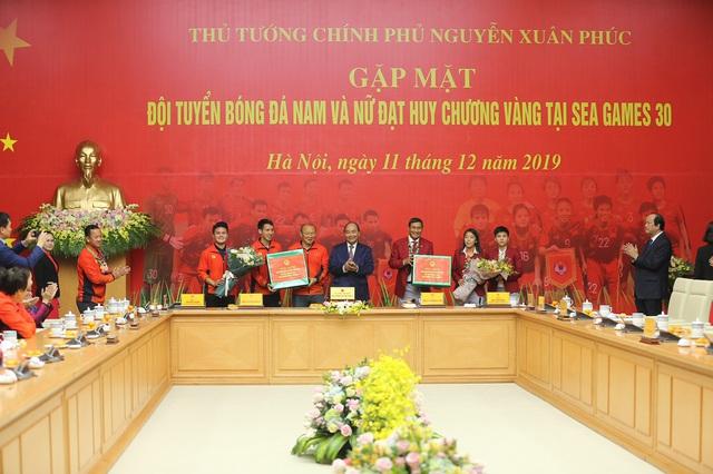 [Trực tiếp] Đón U22 Việt Nam và ĐT nữ Việt Nam: Thủ tướng Nguyễn Xuân Phúc gặp mặt ban huấn luyện, cầu thủ hai đội bóng - Ảnh 6.