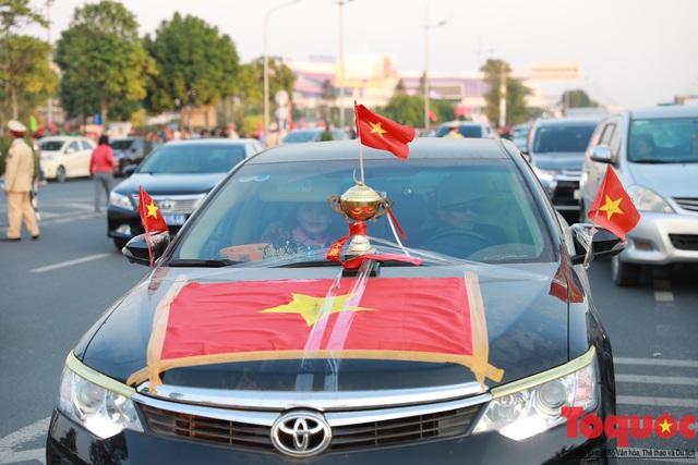 [Trực tiếp] Đón U22 Việt Nam và ĐT nữ Việt Nam: CĐV đốt nóng không khí sân bay Nội Bài - Ảnh 11.
