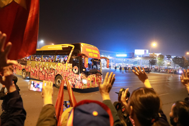 [Trực tiếp] Đón U22 Việt Nam và ĐT nữ Việt Nam: Thủ tướng Nguyễn Xuân Phúc gặp mặt ban huấn luyện, cầu thủ hai đội bóng - Ảnh 18.