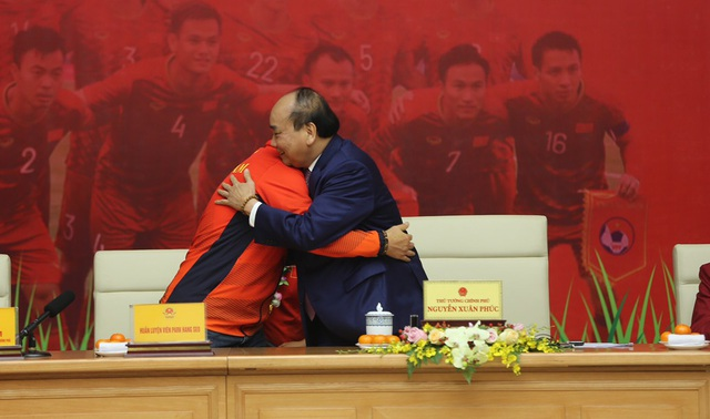 [Trực tiếp] Đón U22 Việt Nam và ĐT nữ Việt Nam: Thủ tướng Nguyễn Xuân Phúc gặp mặt ban huấn luyện, cầu thủ hai đội bóng - Ảnh 2.