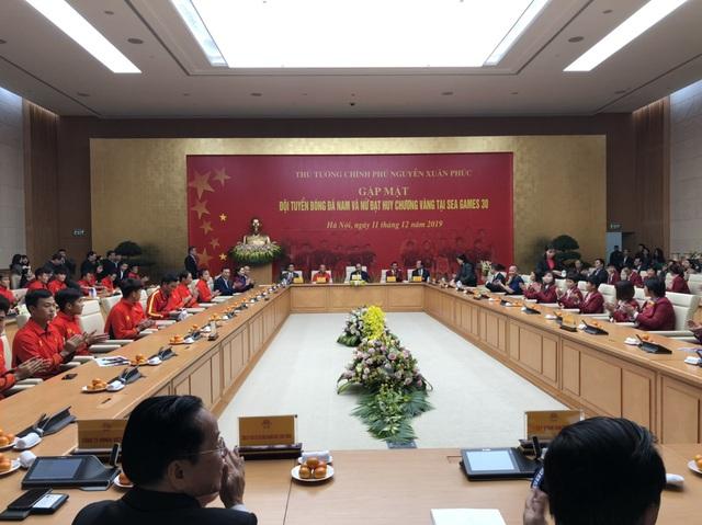 [Trực tiếp] Đón U22 Việt Nam và ĐT nữ Việt Nam: Thủ tướng Nguyễn Xuân Phúc gặp mặt ban huấn luyện, cầu thủ hai đội bóng - Ảnh 7.