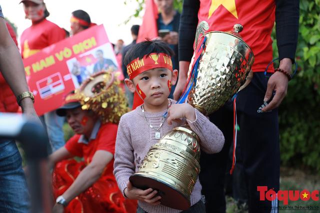 [Trực tiếp] Đón U22 Việt Nam và ĐT nữ Việt Nam: CĐV đốt nóng không khí sân bay Nội Bài - Ảnh 12.