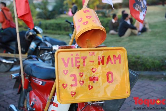 [Trực tiếp] Đón U22 Việt Nam và ĐT nữ Việt Nam: CĐV đốt nóng không khí sân bay Nội Bài - Ảnh 13.