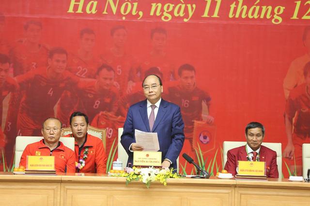 Thủ tướng Nguyễn Xuân Phúc ôm chặt HLV Park Hang-seo, Mai Đức Chung - Ảnh 9.