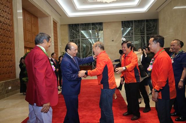Thủ tướng Nguyễn Xuân Phúc ôm chặt HLV Park Hang-seo, Mai Đức Chung - Ảnh 2.