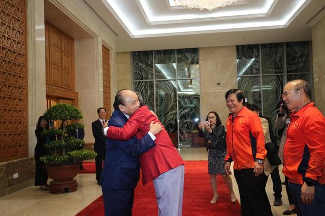 Thủ tướng Nguyễn Xuân Phúc ôm chặt HLV Park Hang-seo, Mai Đức Chung - Ảnh 1.