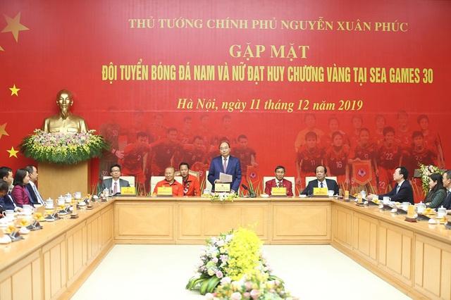 Thủ tướng Nguyễn Xuân Phúc ôm chặt HLV Park Hang-seo, Mai Đức Chung - Ảnh 10.
