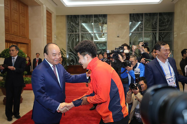 Thủ tướng Nguyễn Xuân Phúc ôm chặt HLV Park Hang-seo, Mai Đức Chung - Ảnh 4.