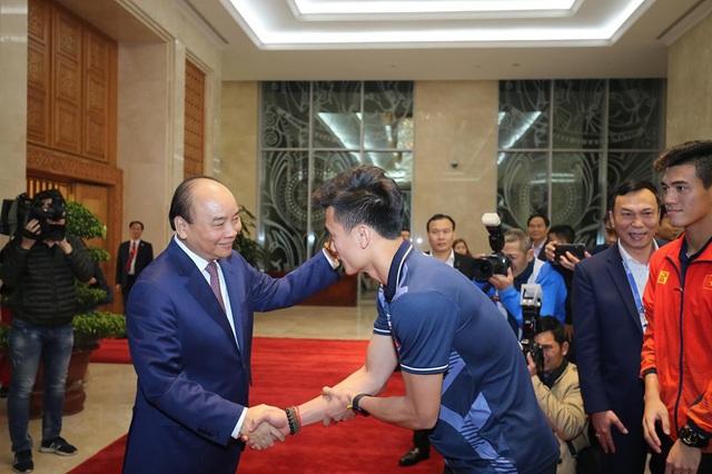 Thủ tướng Nguyễn Xuân Phúc ôm chặt HLV Park Hang-seo, Mai Đức Chung - Ảnh 5.