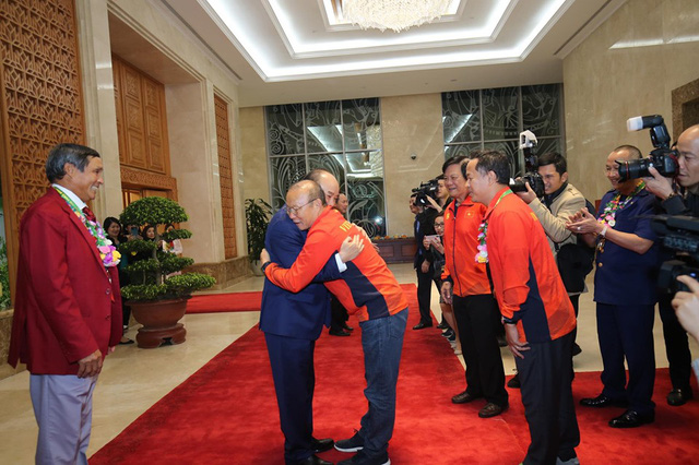 Thủ tướng Nguyễn Xuân Phúc ôm chặt HLV Park Hang-seo, Mai Đức Chung - Ảnh 3.