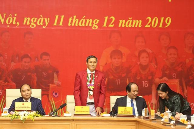 Thủ tướng Nguyễn Xuân Phúc ôm chặt HLV Park Hang-seo, Mai Đức Chung - Ảnh 6.